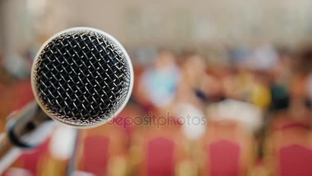 Fotografie Beginn der Konferenz versammeln sich Menschen in der Halle. Im Vordergrund befindet sich eine mit einem Mikrofon. Konzept - öffentlichen sprechen und sprechen