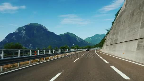 Velkolepý dálnice v Rakousku, v pozadí nádherné Alpy. Rychle jezdit po asfaltové silnici