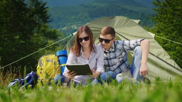 Turisták többi kemping, meg ülni a sátor közelében, használja a tabletta. Mindig online