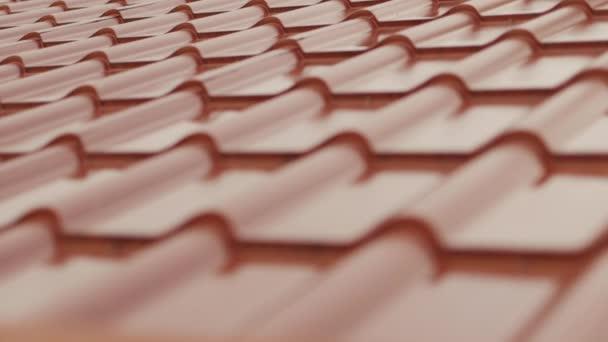 Část střechy z kovu. Malá hloubka ostrosti