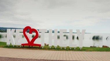 Keszthely, Hungury, 2017. június: Imádom, Keszthely. A felirat egy piros szív. Népszerű üdülőhelyen, Magyarország