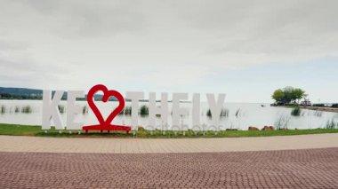 Keszthely, Hungury, 2017. június: Imádom, Keszthely. A felirat egy piros szív. Magyarország népszerű üdülőhelyén. Steadicamnél lövés