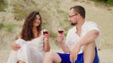 Видео двое мужчин и девушка на пляже — img 12