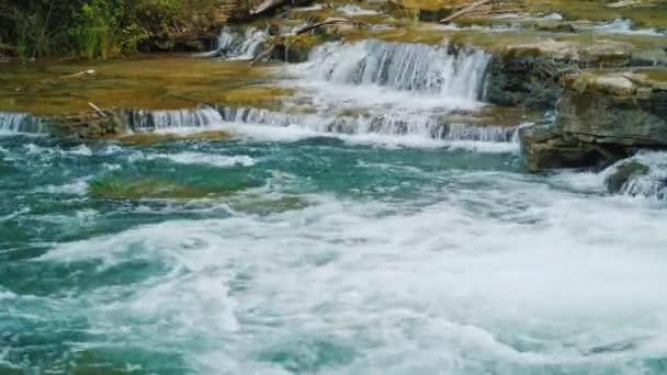 Malebné přítok řeky Niagara, voda teče přes skály a peřejí. Krásná horská řeka