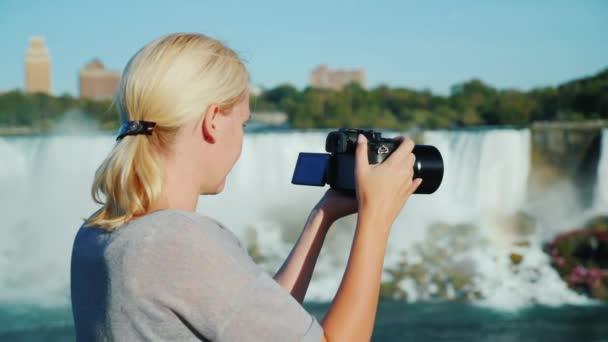 Tursit teszi a videó, a Niagara-vízesés. nézi a kamera képernyőjén