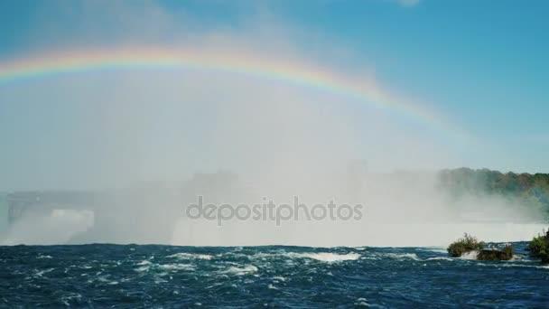 Krásná Duha nad řeku Niagara. U Niagarských vodopádů. Krásná příroda Kanady a Usa