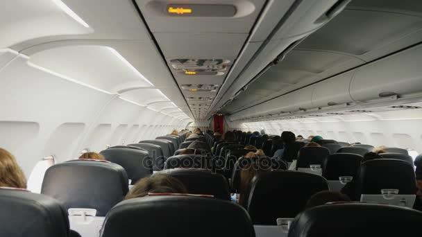 Paříž, Francie, září 2017: Uvnitř osobní letadlo za letu, pohled zezadu. Řady sedadel s cestujícími