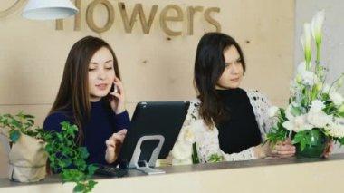 Virágkereskedések dolgozni egy kis virágbolt. Csokrok, vesz-naplementék