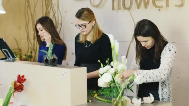 Květinářství prodejci pracují v květinářství. Malé obchodní koncept