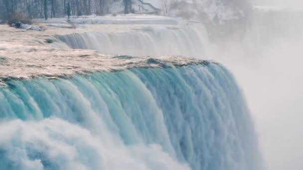 Niagarské vodopády v zimní sezóně. Pohled z ochozu americký