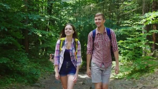 Egy férfi és egy nő séta az erdőben, közli a mozgásban, már egy jó ideje a március
