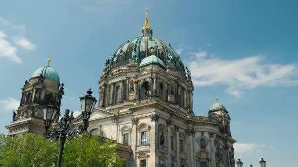 Berliner Dom an einem klaren Frühlingstag. Steadicam-Aufnahme