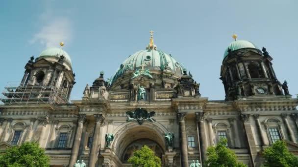 Berliner Dom an einem klaren Frühlingstag