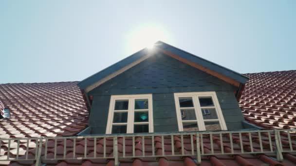 Římsa na střeše je svěží. Typická architektura pro tradiční soukromé domy v Německu