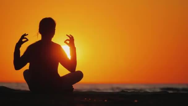 junges Mädchen meditiert an einem malerischen Ort bei Sonnenuntergang