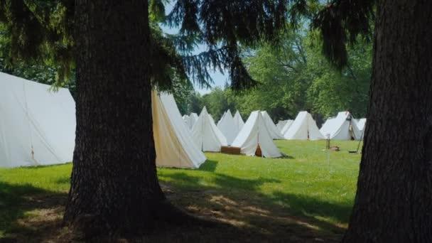 A katonák ősi falú városának újjáépítése az indiánokkal vívott háborúk idejéből és Amerika fejlődéséből.