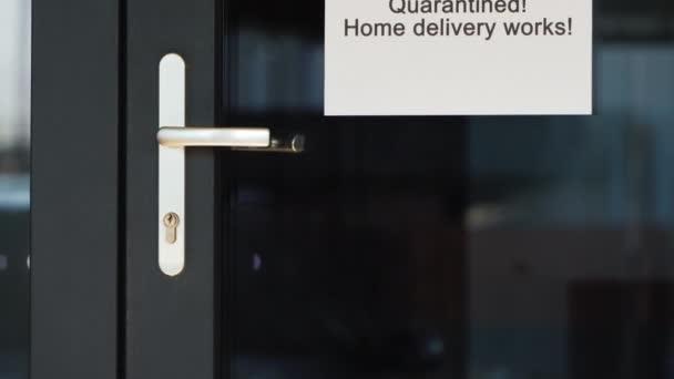 Karanténní oznámení na dveřích obchodu a možnost objednání s domácím doručením
