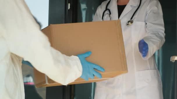 Krabice s lékařským zbožím vyložené na prahu nemocnice