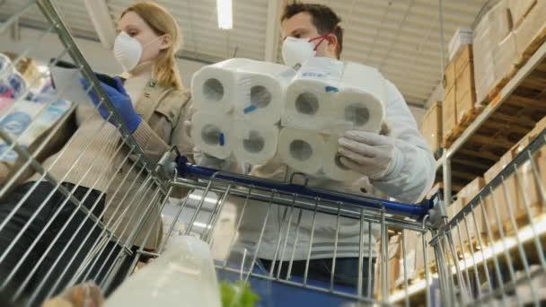Rodina kupuje toaletní papír během epidemie koronaviru