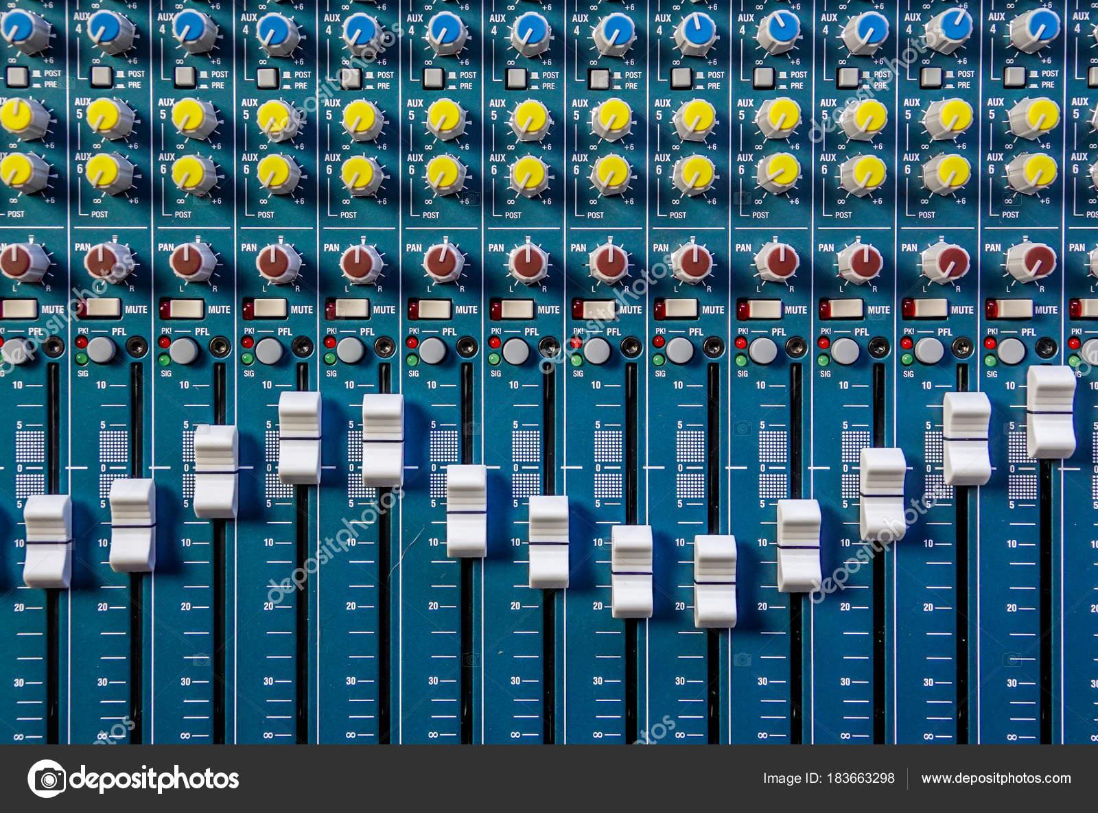 Nahaufnahme eines Musik-Mixer — Stockfoto © Mjowra #183663298