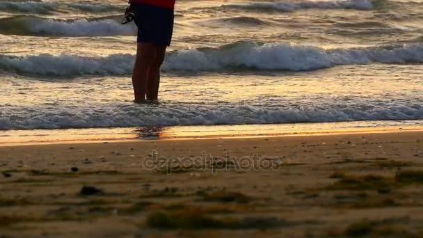 Vlny na pláži v tropech za úsvitu, ranní na moři, východ slunce na pláž moře, oranžové slunce, pláž a moře západ slunce, moře při západu slunce, svítání, západ slunce, sluneční odraz na vodě