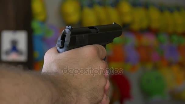 Egy ember, a lőtér pneumatikus pisztoly lő a cél, a lassú mozgás