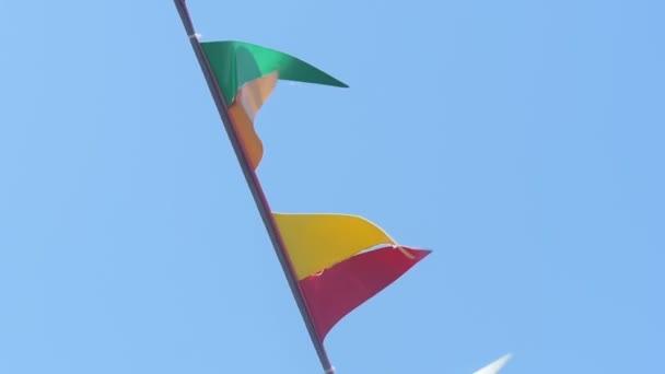 Lodě stěžeň a signální vlajky detail. Informace vlajky lodi jsou slyšet ve větru
