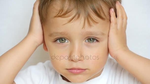 Ребенок закрыл уши фото