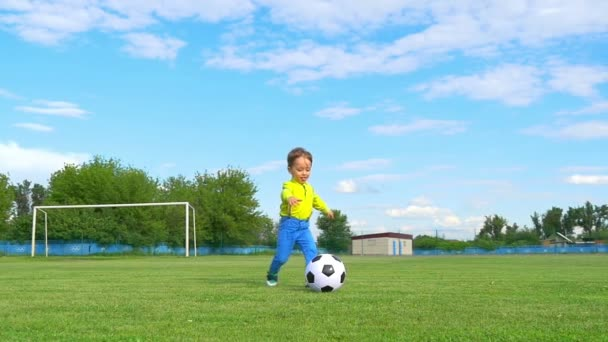 Junge Kind Kickt Einen Fussball Auf Dem Hintergrund Der Ein Fussballtor