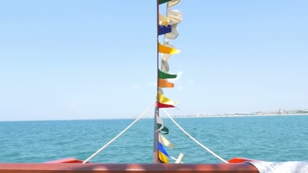 Detailní paluba lodě nosu. Lodě stěžeň a signální vlajky