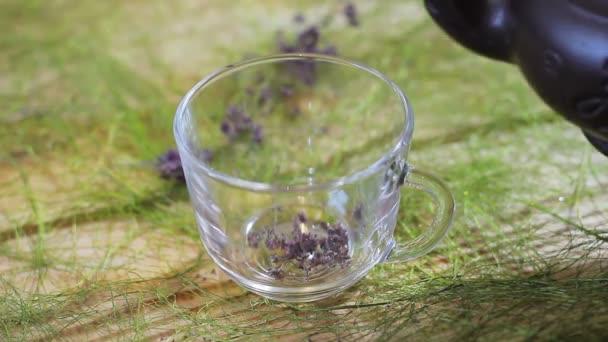 Čaj se nalije do sklenice z hliněné konvice. Čajový obřad