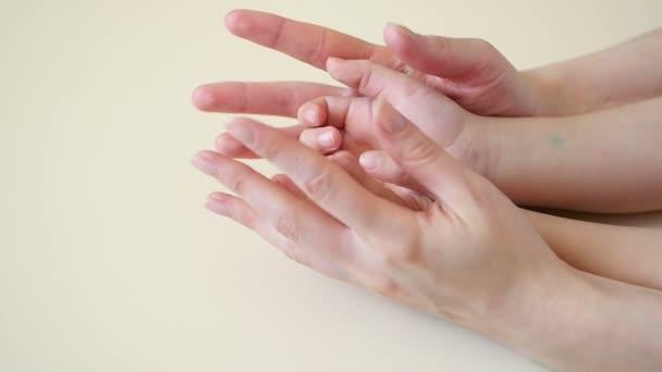 Anyák kezét a childs kezek közelről érint, az anyák fegyverek ölelés a gyerek kezét, lassú tempóban
