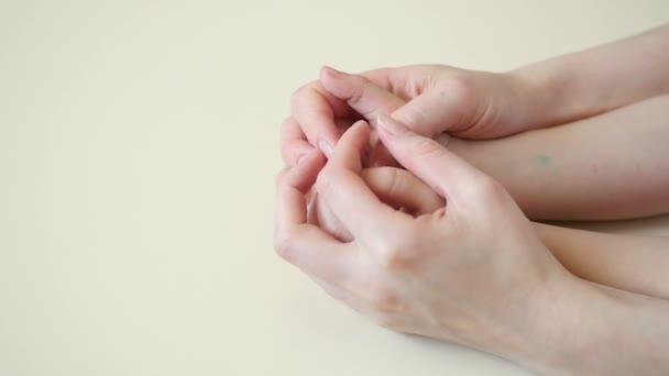 Anyák kezét a childs kezek közelről érint, az anyák kezek közel lassú ütemben childs kezében