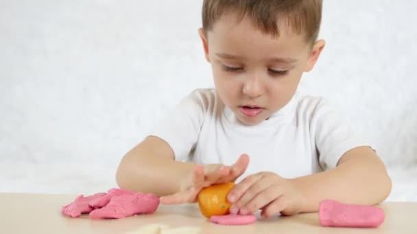 Creativita Dei Bambini Il Neonato Che Forma Le Figure Della Prova