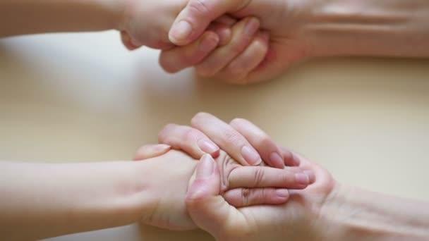 Anyák kezét a childs kezek közelről érint, az anyák kéz kéz a kézben a childs lassú ütemben