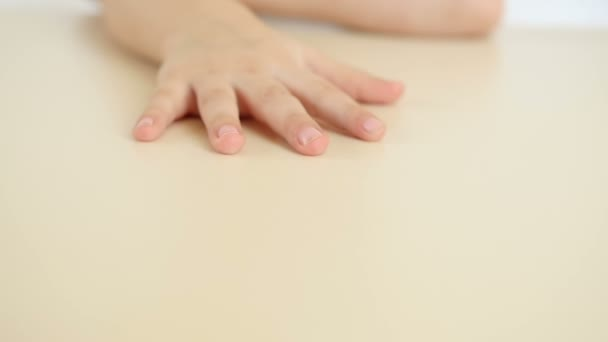 A gyermek azt mutatja, a kézi zár-megjelöl az asztalra