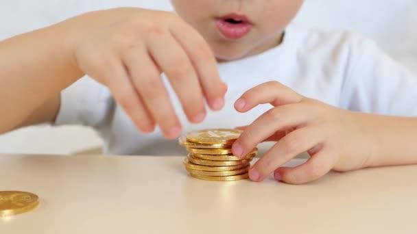 Las Manos De Ninos Estan Jugando Con Monedas De Oro De Bitcoins En