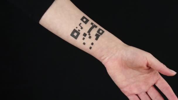 Egy nő vonalkódot olvas okostelefonnal. Absztrakt tetoválás a testen, kéz QR kóddal. A személyes adatok kezelésének fogalma. zöld képernyő.