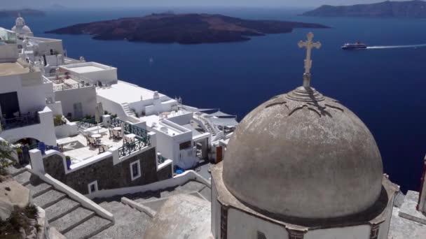Krásná velká pravoslavná církev v Oie v Santorini na řeckých ostrovech