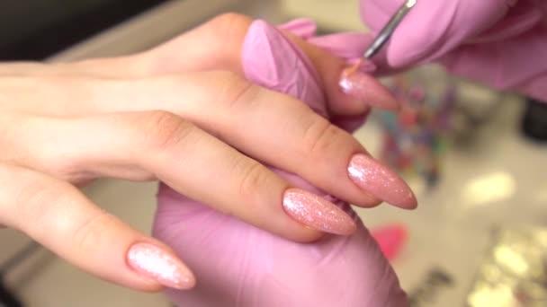 Weibliche Hände Maniküre aus nächster Nähe. Reife Dame Hand bei Maniküre rosa Prozedur