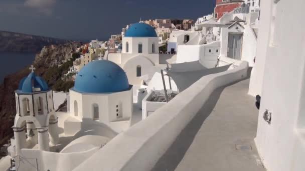 Posouvání zobrazení modré kopule kostelů a kalderu Santorini Island, Řecko. Egejské moře