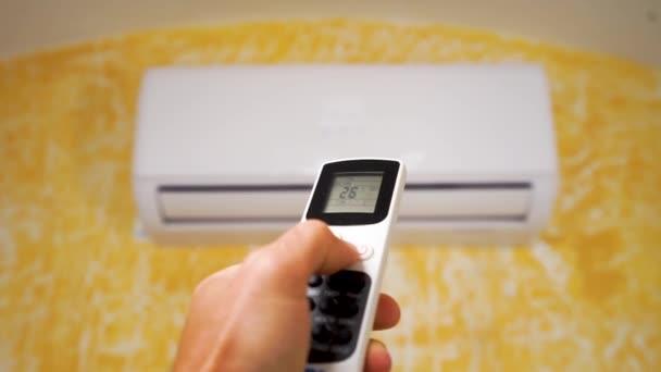 Klimaanlage mit Fernbedienung einschalten, Nahsicht.
