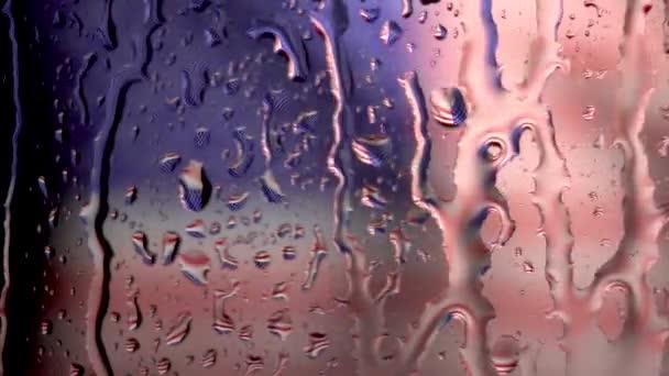 sok csepp víz az ablaküvegen heves esőzés idején. Amerikai zászló lassú mozgásban