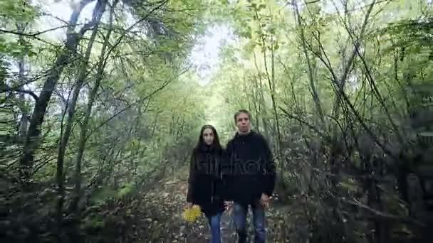 Mladý pár muž a žena objímala v lásce romantické venkovní s lesní přírodou na pozadí módní módní styl