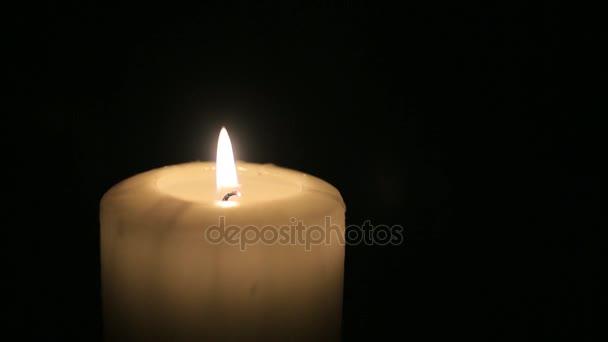 una vela se quema en el cuarto oscuro — Vídeos de Stock © vadiar ...
