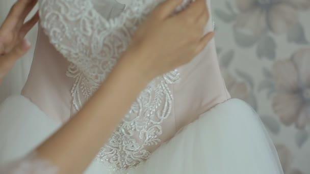 Braut am Morgen in einem transparenten Spitzenkleid und Unterwäsche und Strümpfe