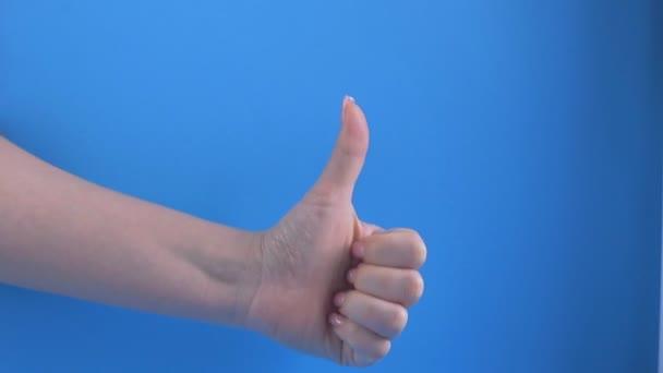 A gesztus a koncepció a kéz mutatja hüvelykujját fel, mint az ünneplés és gratulálok a győztes.