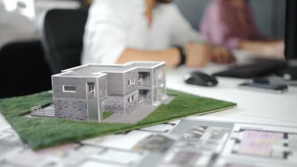 Podnikatel uzavřely smlouvu za domácí architektonický model. Zblízka. 4k