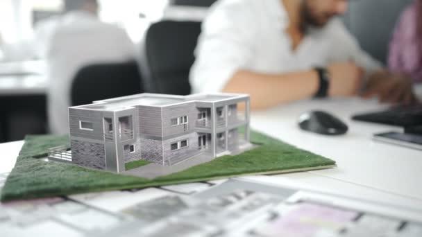 Architektura, kreslení na architektonickém projektu, týmové pojetí. Detailní záběr 4k