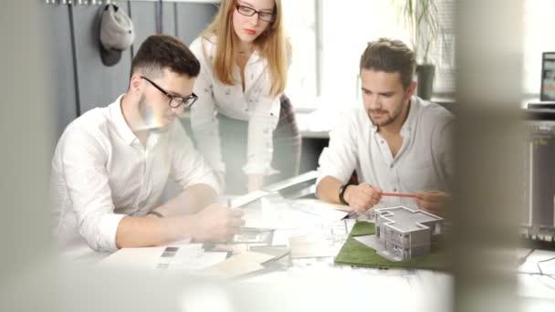 Ein selbstbewusstes Team von Ingenieuren arbeitet in einem Architektenbüro zusammen. 4k